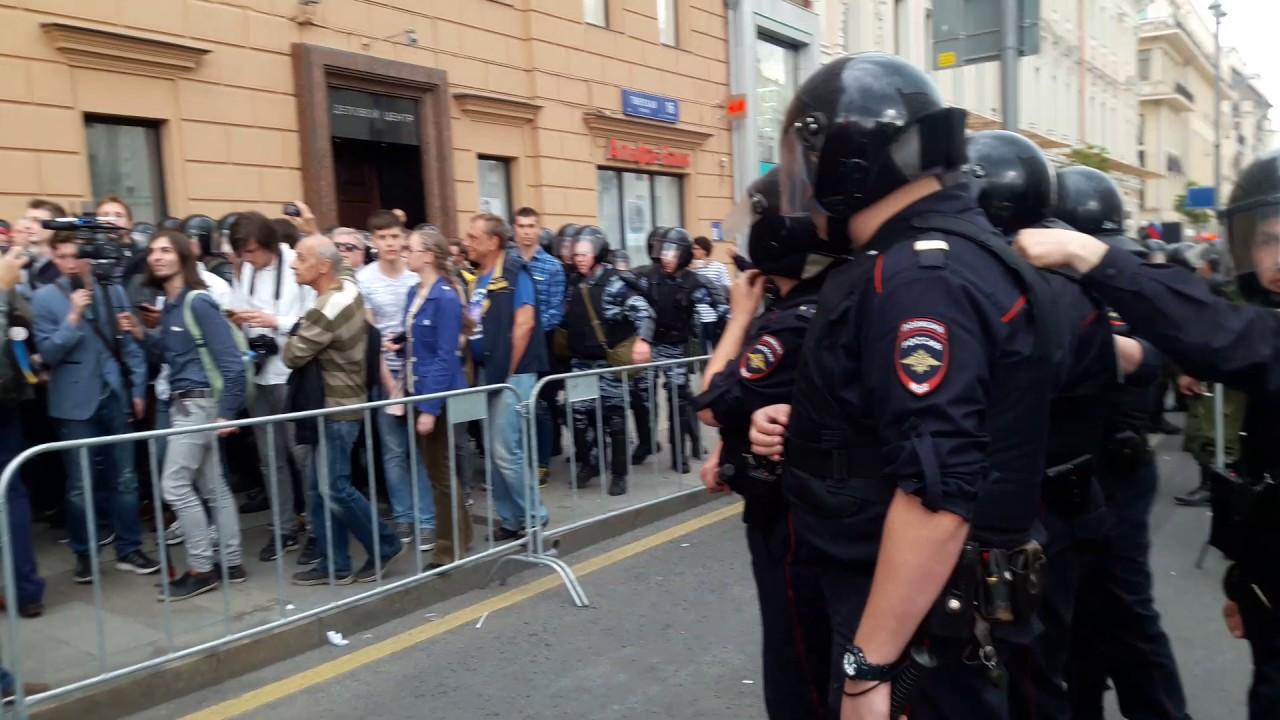 Полиция избивает людей в день России. Москва, Тверская. Акция против коррупции